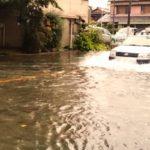 広島激甚災害!絶対に慌てないで!突然の大雨による浸水で走行中の車が止まりそう!